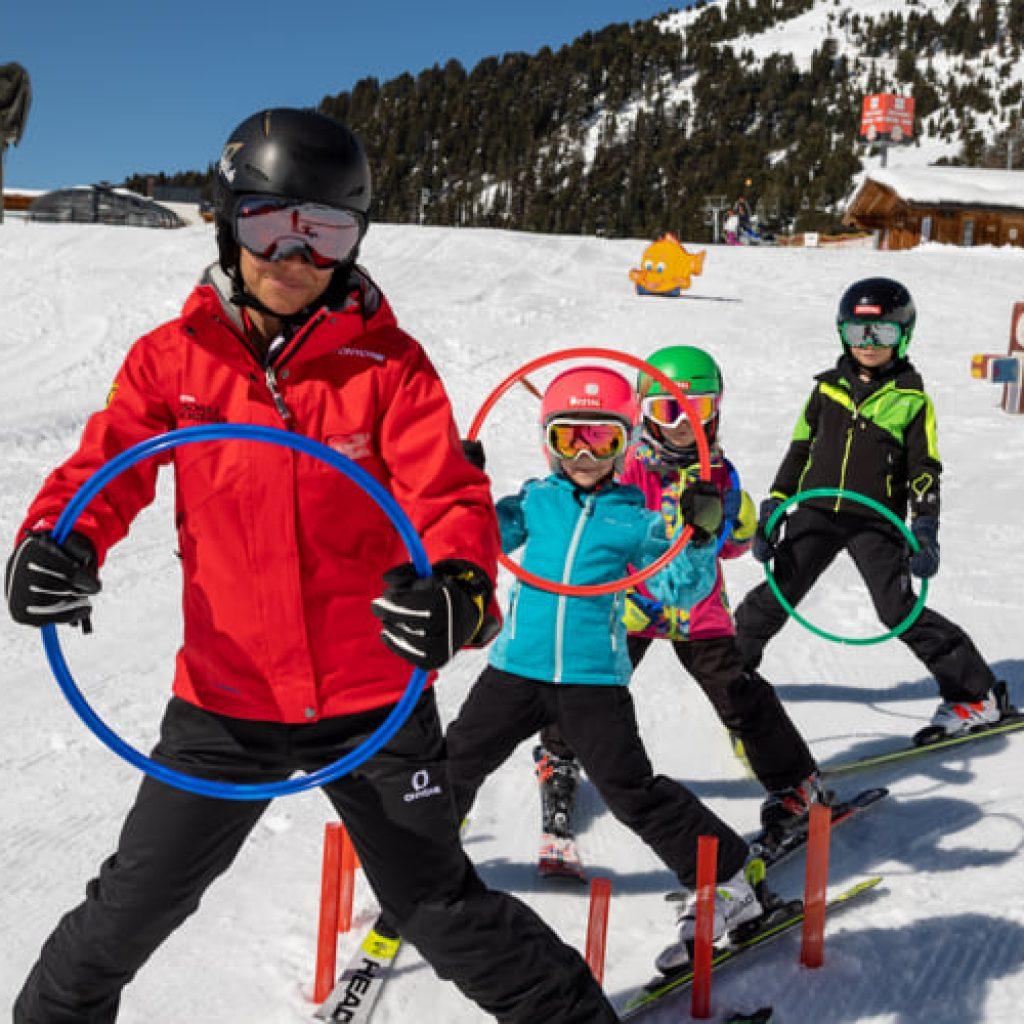 kindern beim Skifahren